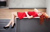 Red haired girl lying down — Stockfoto