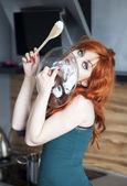 Belle femme au foyer, lécher un couvercle de casserole — Photo