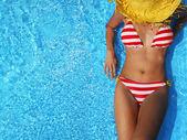 Frau entspannte in einem pool — Stockfoto