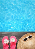 Conceito de férias, flip flops uma piscina — Foto Stock