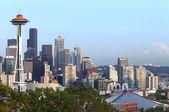 Seattle skyline and Mt. Rainier. — Stock Photo