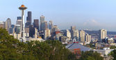 Seattle skyline panorama and Mt. Rainier. — Stock Photo