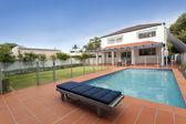 Cortile moderno con piscina — Foto Stock