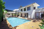 Achtertuin met zwembad — Stockfoto