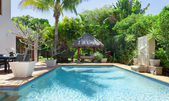 Bakgård med pool — Stockfoto