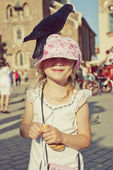 Little girl with pigeon on the head — Stock Photo