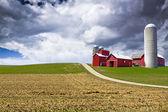 американская страна с грозовое небо — Стоковое фото