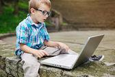 Pojken förvånad över internet — Stockfoto