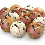 concepto de tiempo. relojes de esfera de madera — Foto de Stock
