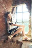Tennage flicka inne i ruiner — Stockfoto