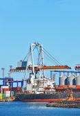 Last kran och fartyg — Stockfoto