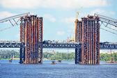 橋の工事現場とボート — ストック写真