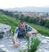 A young man climbs — Stock Photo