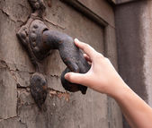 Hand met de knocker — Stockfoto
