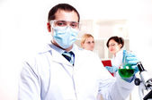 Chemist working in the laboratory — Foto Stock