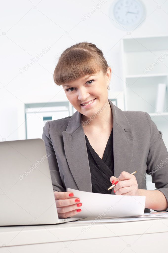 Portrait of a beautiful young woman who works in the office — Stock Photo #10895074