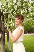 Beautiful young brunette woman in the park — Stock Photo