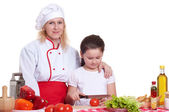 Mother and daughter cooking dinner — Stockfoto