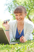 Retrato de uma mulher com um laptop — Fotografia Stock