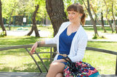一个美丽的女人在夏天公园的肖像 — 图库照片