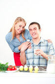 Wife gives her husband a meal — Stock Photo