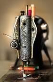 经典的复古风格手动缝纫机缝制工作准备就绪. — 图库照片