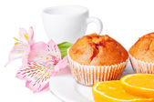 Twee muffins, orange en bloemen — Stockfoto
