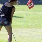 Teenage girl playing golf — Stock Photo