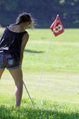 Teenage girl playing golf — Stock Photo