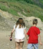 Teenagers walking on the beach — Stock Photo