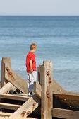 Nastoletni chłopak patrząc na morze — Zdjęcie stockowe