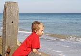 Dospívající chlapec, díval se na moře — Stock fotografie