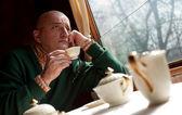 電車の中でコーヒーを飲む人 — ストック写真