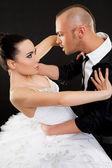Ung man aggressivt kramas kvinna — Stockfoto