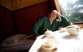 Człowiek siedzący spania wagonu w pociągu — Zdjęcie stockowe