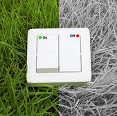 выключатель света на фоне зеленой травы — Стоковое фото