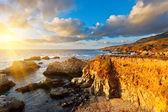 Big sur pobřeží tichého oceánu při západu slunce — Stock fotografie