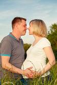 Pareja embarazada en el parque — Foto de Stock