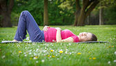 Beautiful pregnant woman in the park — Foto Stock