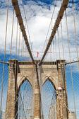 Upward image of Brooklyn Bridge — Stock Photo