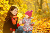 Mother and daughter in the park — Stock fotografie