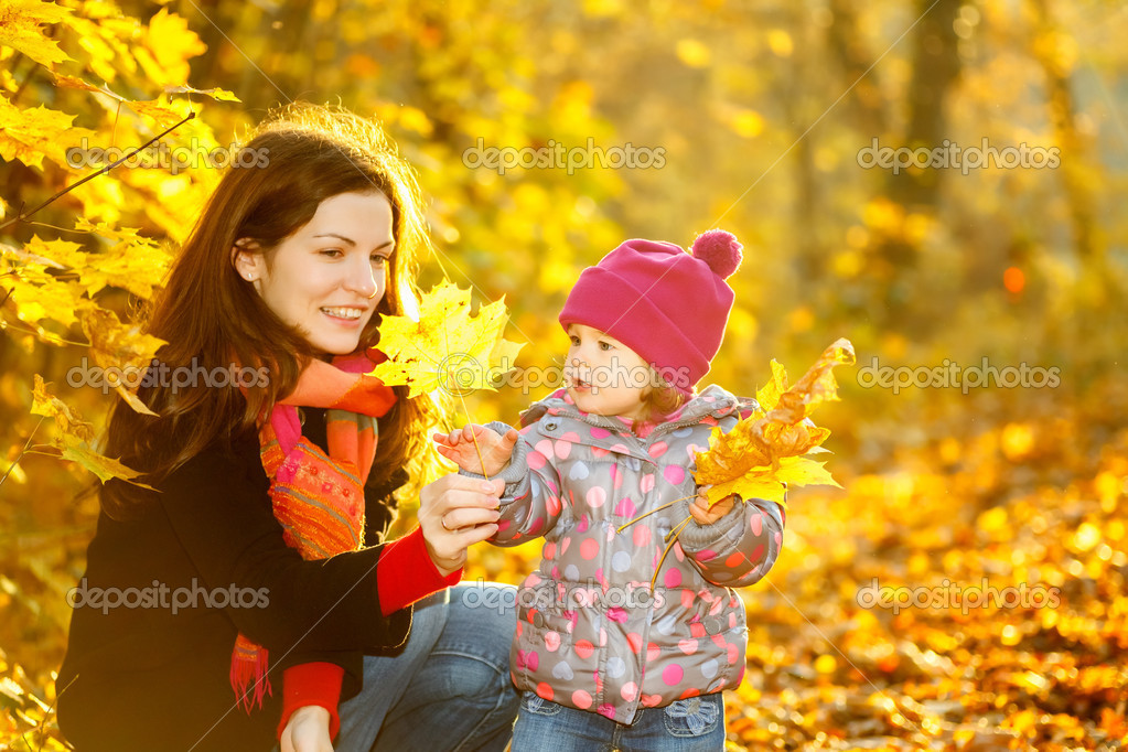 Little girl and her mother in the autumn park — Stock Photo #12369714