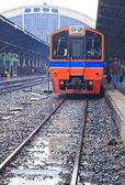 Perspektiv av thailändska röda sprinter tåget, diesellok, på ba — Stockfoto