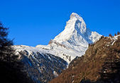 Matterhorn peak over blue sky, Alps in Switzerland — Stock Photo