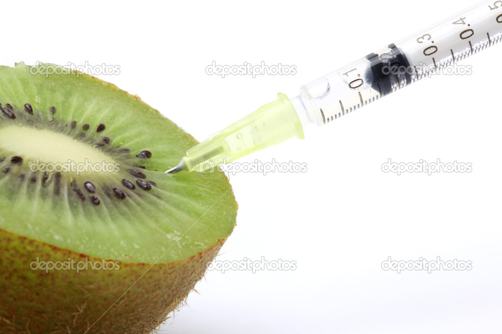 Genetic food engineering concept with Kiwi & syringe — Stock Photo #11144629