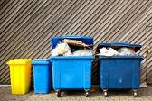 大带轮垃圾箱分类回收箱 — 图库照片