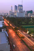Light Trail to Bangkok skyscraper in Business Zone — Stockfoto