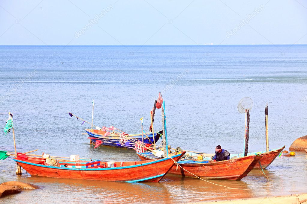 Fisherman cleaning his boat on the beach — Stock Photo #11239065
