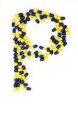 De letter p alfabet gemaakt van medische capsules — Stockfoto