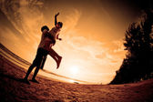 Romantyczny scena par na plaży — Zdjęcie stockowe